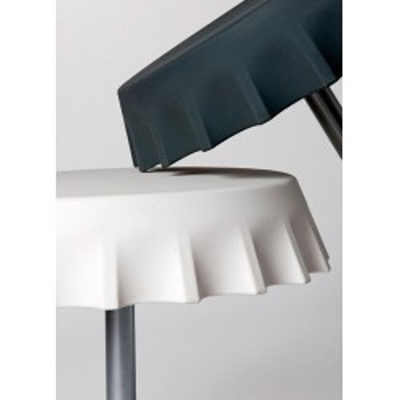 Tavolo rotondo FIZZZ (H110) in polietilene con stelo in metallo, design Gianni Arnaudo