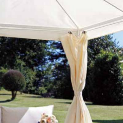Gazebo carré 3 x 3 m en polyester enduit de résine de couleur écru, avec coupe-vent