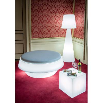 Slide, lampada da terra, tavolo e
